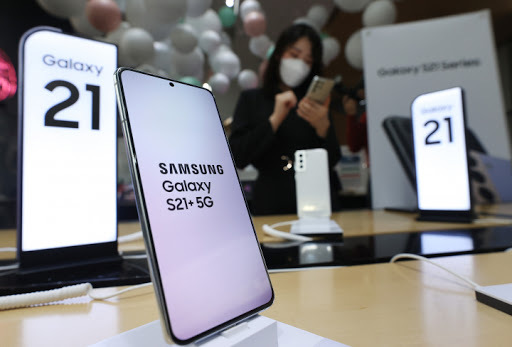 This file photo, taken on Jan. 15, 2021, shows Samsung Electronics Co.'s Galaxy S21 5G smartphones displayed at a store in Seoul. (Yonhap)