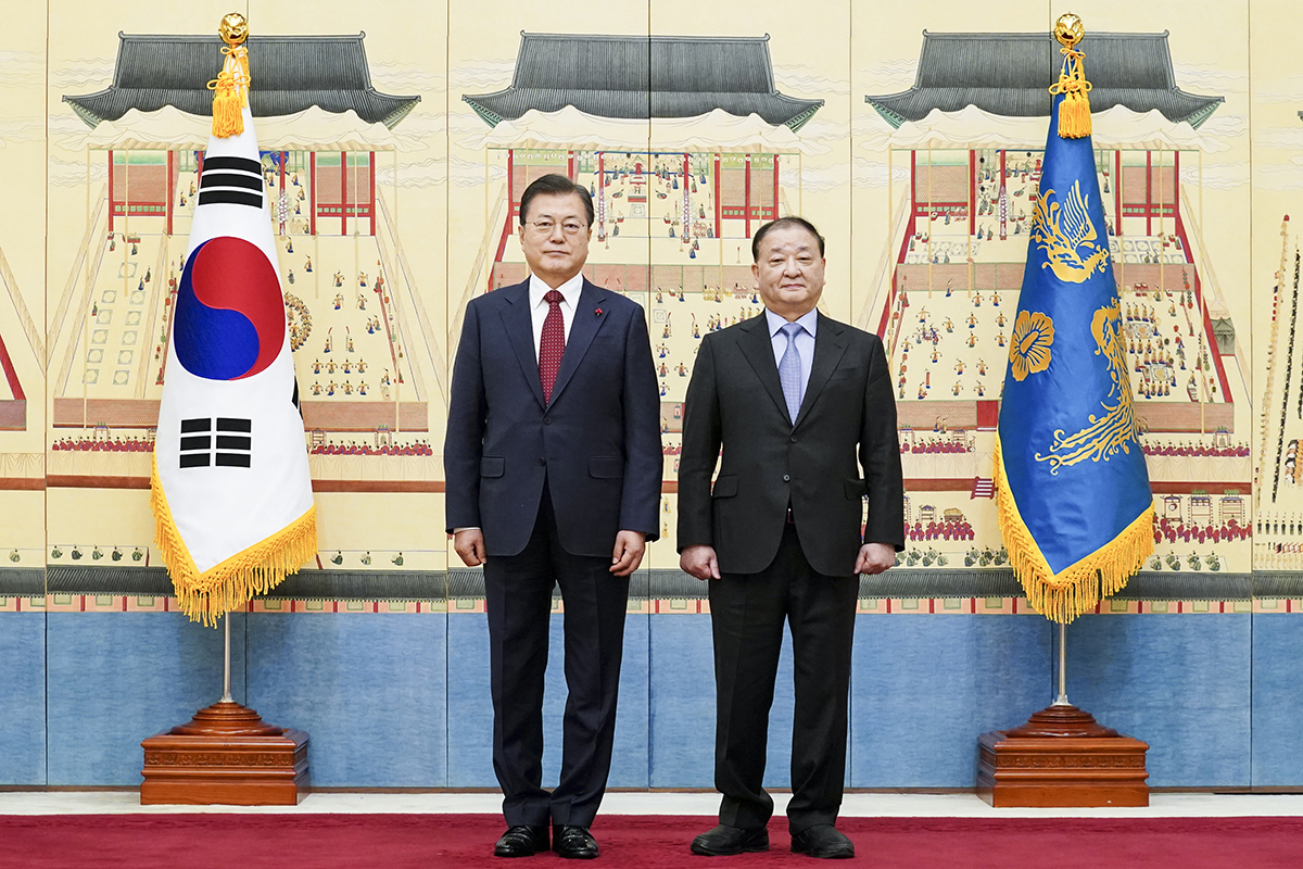 President Moon Jae-in and Ambassador to Japan Kang Chang-il pose for a photo after an appointment ceremony at Cheong Wa Dae on Jan. 14. (Cheong Wa Dae)
