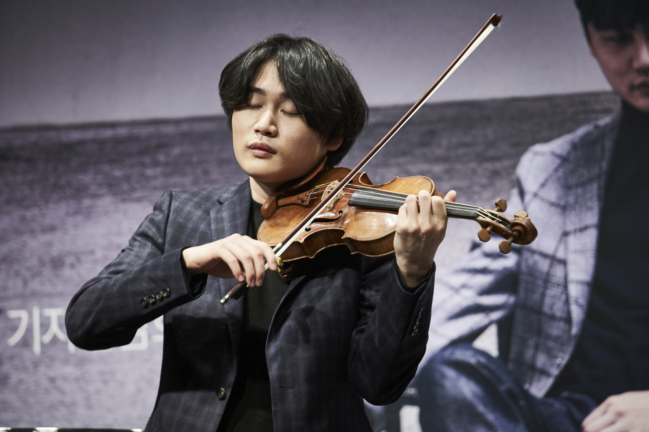 Violinist Yang In-mo plays Ravel's Tzigane during a press event held at culture complex Ode Port in southern Seoul on Tuesday. (Universal Music)