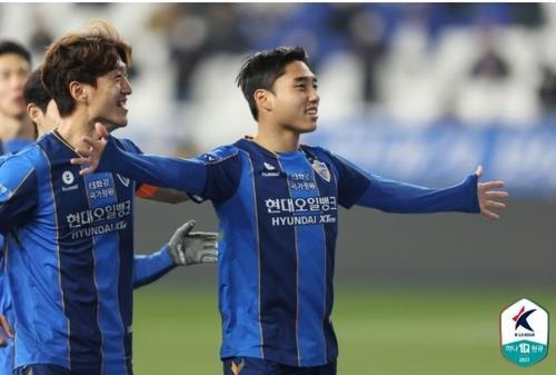 Lee Dong-jun of Ulsan Hyundai FC (R) celebrate his goal against Incheon United during a K League 1 match at Ulsan Munsu Football Stadium in Ulsan, 415 kilometers southeast of Seoul, on Tuesday, in this photo provided by the Korea Professional Football League. (Yonhap)