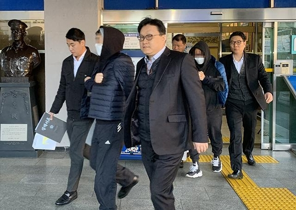 This file photo taken on Nov. 14, 2019, shows music channel Mnet producers Kim Yong-beom (2nd from L) and Ahn Joon-young (2nd from R) being transferred to the prosecution to be indicted for manipulating fan votes during audition programs. (Yonhap)
