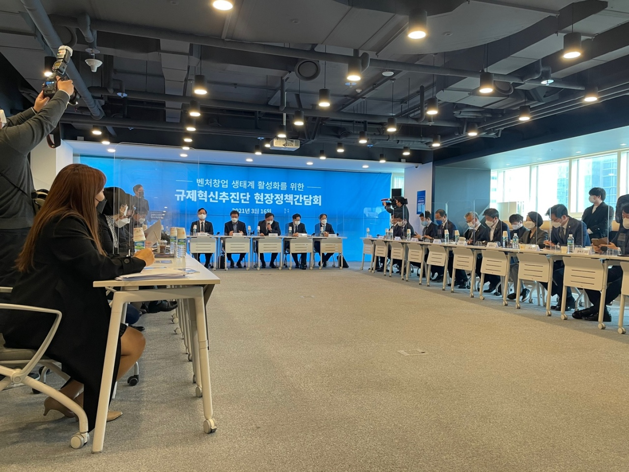 A group of government officials, lawmakers and industry experts gathered at Seoul Creative Economy Innovation Center on Tuesday to discuss measures including multiple voting rights to promote the country's startup ecosystem. (By Park Ga-young/The Korea Herald)