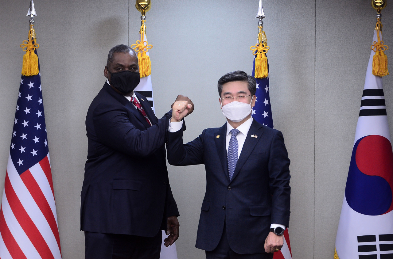South Korean Defense Minister Suh Wook (R) and his US counterpart, Lloyd Austin, pose for a photo prior to their talks at the defense ministry in Seoul on Wednesday. Austin arrived in Seoul earlier in the day for a three-day visit. (Yonhap)