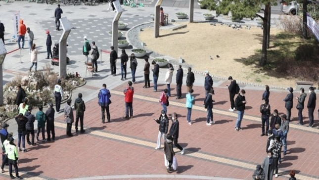 People line up for COVID-19 tests in Guro-gu, Seoul, March 16. (Yonhap)