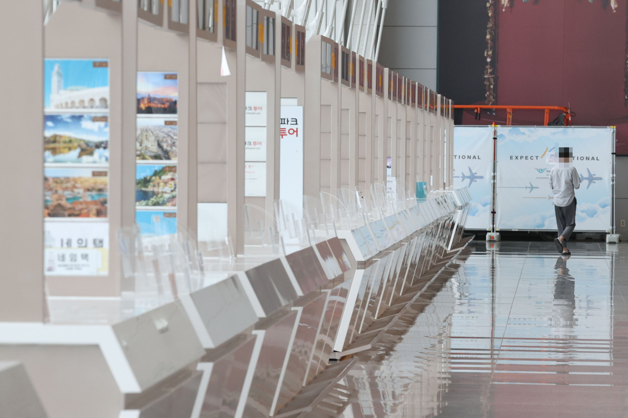 Photo of empty Incheon International Airport booths due to COVID-19 on Monday (Yonhap)