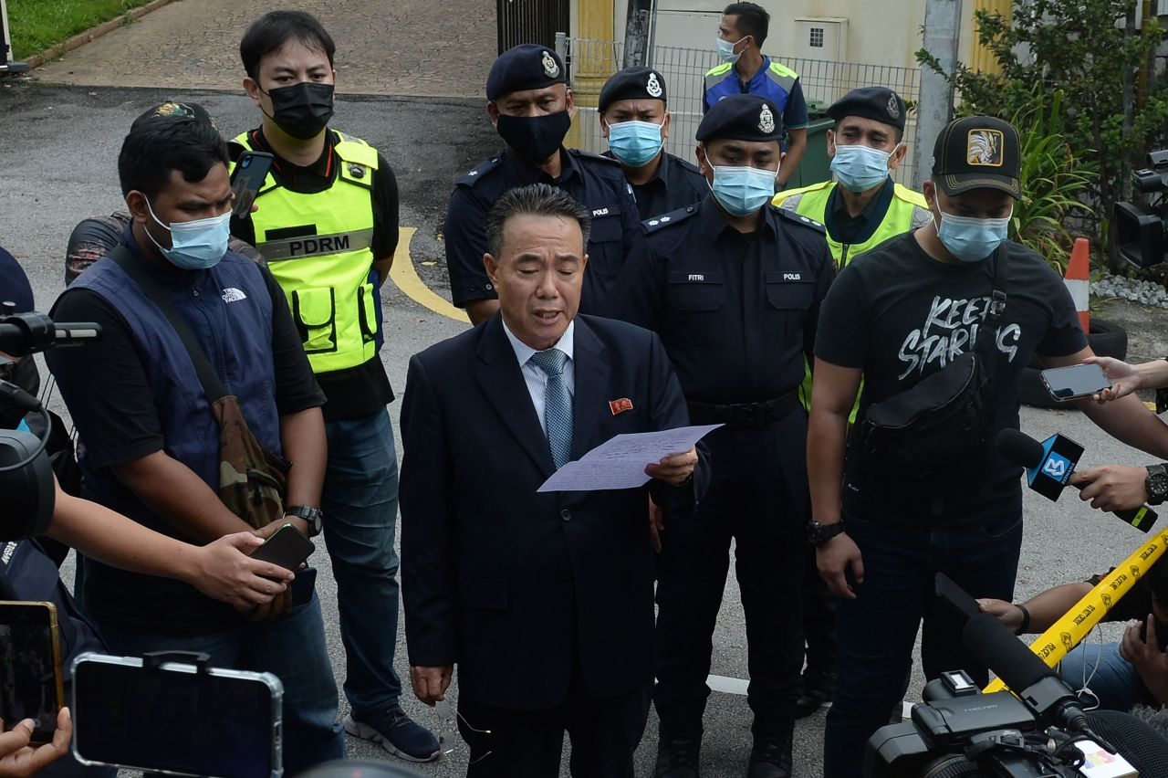 North Korean embassy counselor Kim Yu-Song reads a statement outside the compound of the North Kroean Embassy in Kuala Lumpur on Sunday, after the country ties with Malaysia in response to the extradition of a North Korean citizen to the US earlier this month.(AFP-Yonhap)
