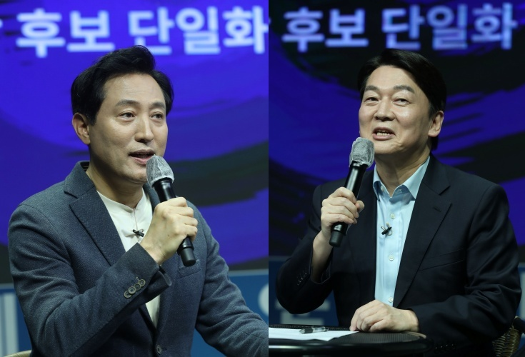Opposition candidates for next month's Seoul mayoral by-election Oh Se-hoon (left) and Ahn Cheol-soo
