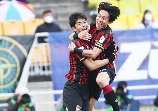 Ki Sung-yueng of FC Seoul (L) embraces teammate Ko Kwang-min after scoring a goal against Suwon Samsung Bluewings during the clubs' K League 1 match at Suwon World Cup Stadium in Suwon, 45 kilometers south of Seoul. (Yonhap)