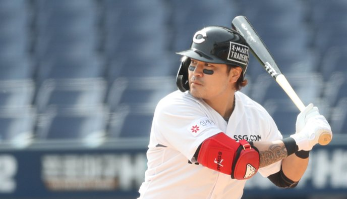 Choo Shin-soo of the SSG Landers prepares to take a swing against the NC Dinos in the top of the third inning of a Korea Baseball Organization preseason game at Changwon NC Park in Changwon, 400 kilometers southeast of Seoul, on Sunday. (Yonhap)