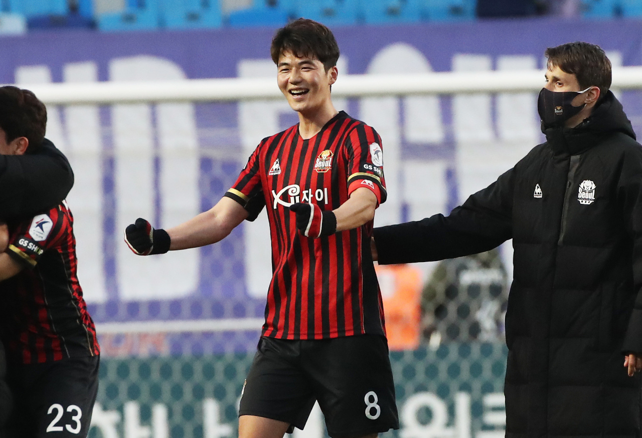 Ki Sung-yueng of FC Seoul (C) celebrates his club's 2-1 victory over Suwon Samsung Bluewings in K League 1 action at Suwon World Cup Stadium in Suwon, 45 kilometers south of Seoul, on Saturday. (Yonhap)