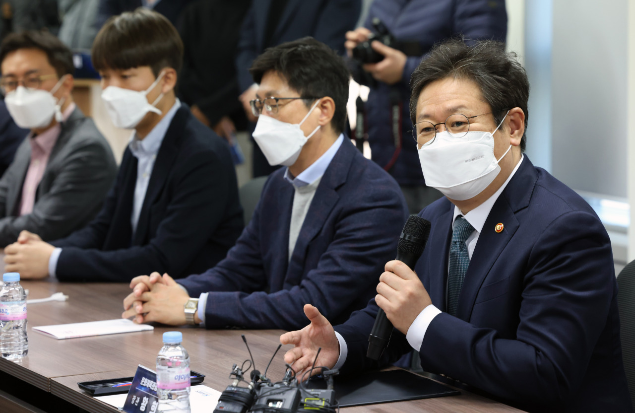 Culture, Sports and Tourism Minister Hwang Hee (right) speaks during a roundtable discussion with gaming industry leaders on Monday. (Yonhap)