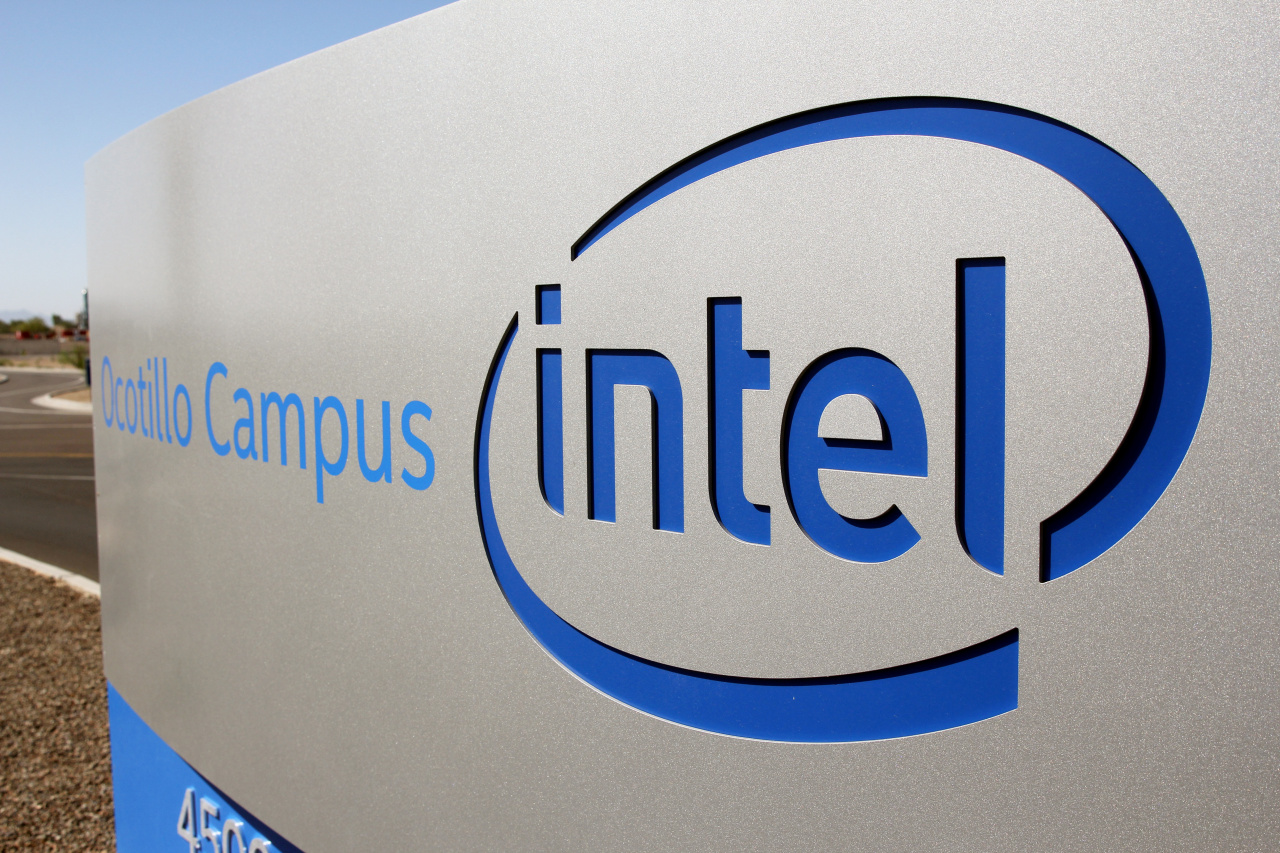 The logo for the Intel Corporation is seen on a sign outside the Fab 42 microprocessor manufacturing site in Chandler, Arizona, US, October 2, 2020. (Reuters-Yonhap)