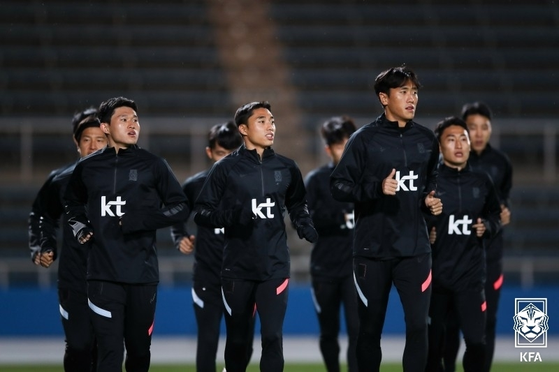 Members of the South Korean men's national football team train at a facility in Yokohama, Japan, on Monday, in preparation for a friendly match against Japan, in this photo provided by the Korea Football Association. (Yonhap)