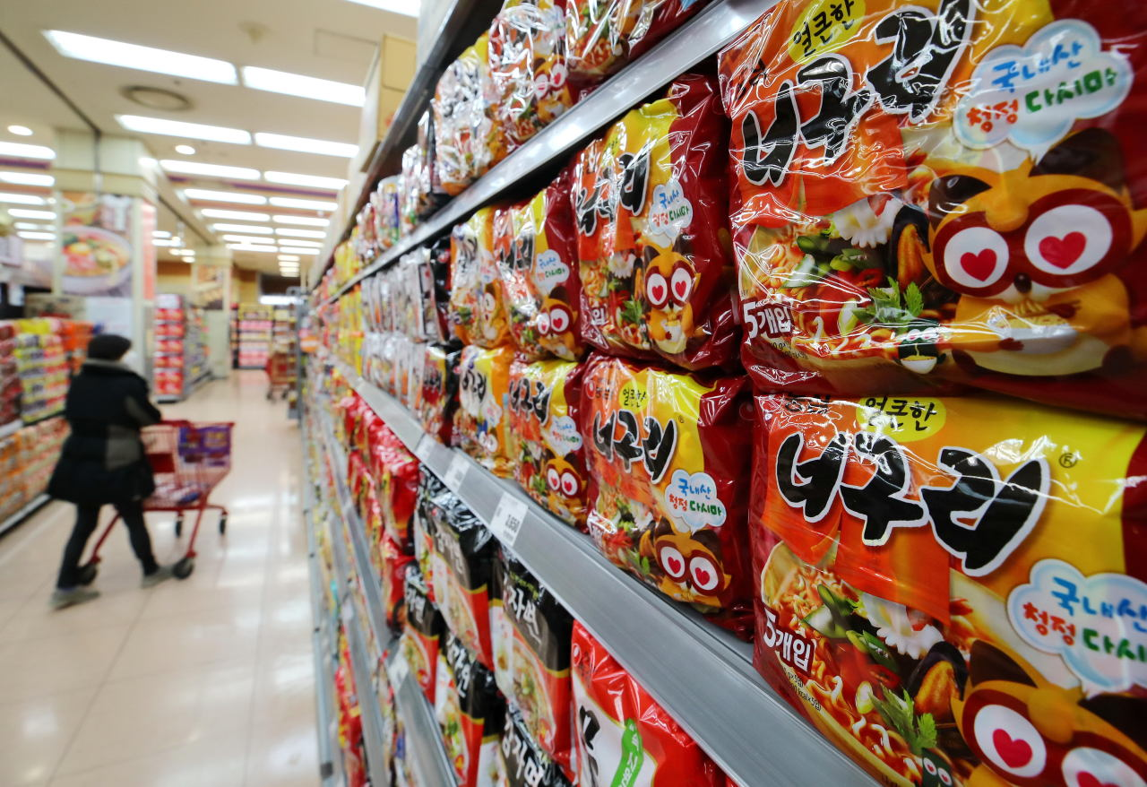 Instant noodles on display on a supermarket shelf (Yonhap)