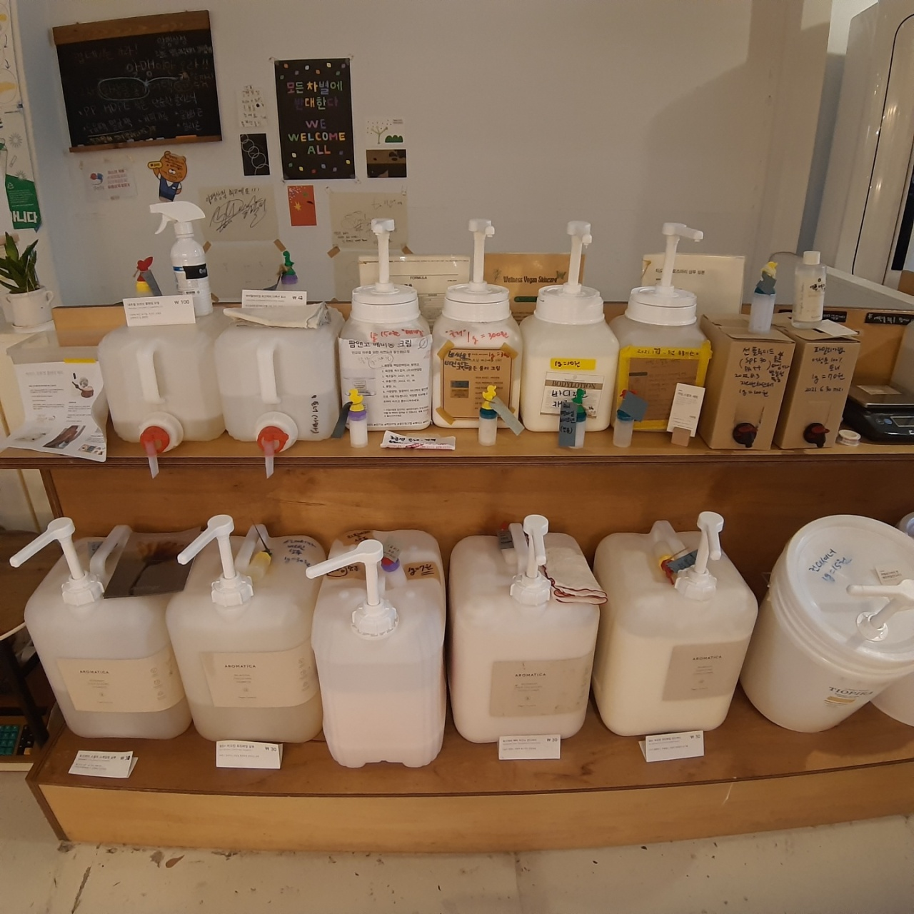 Refillable products, such as shampoo, body wash and body lotion, are displayed at Almang Market. (Shin Ji-hye/The Korea Herald)