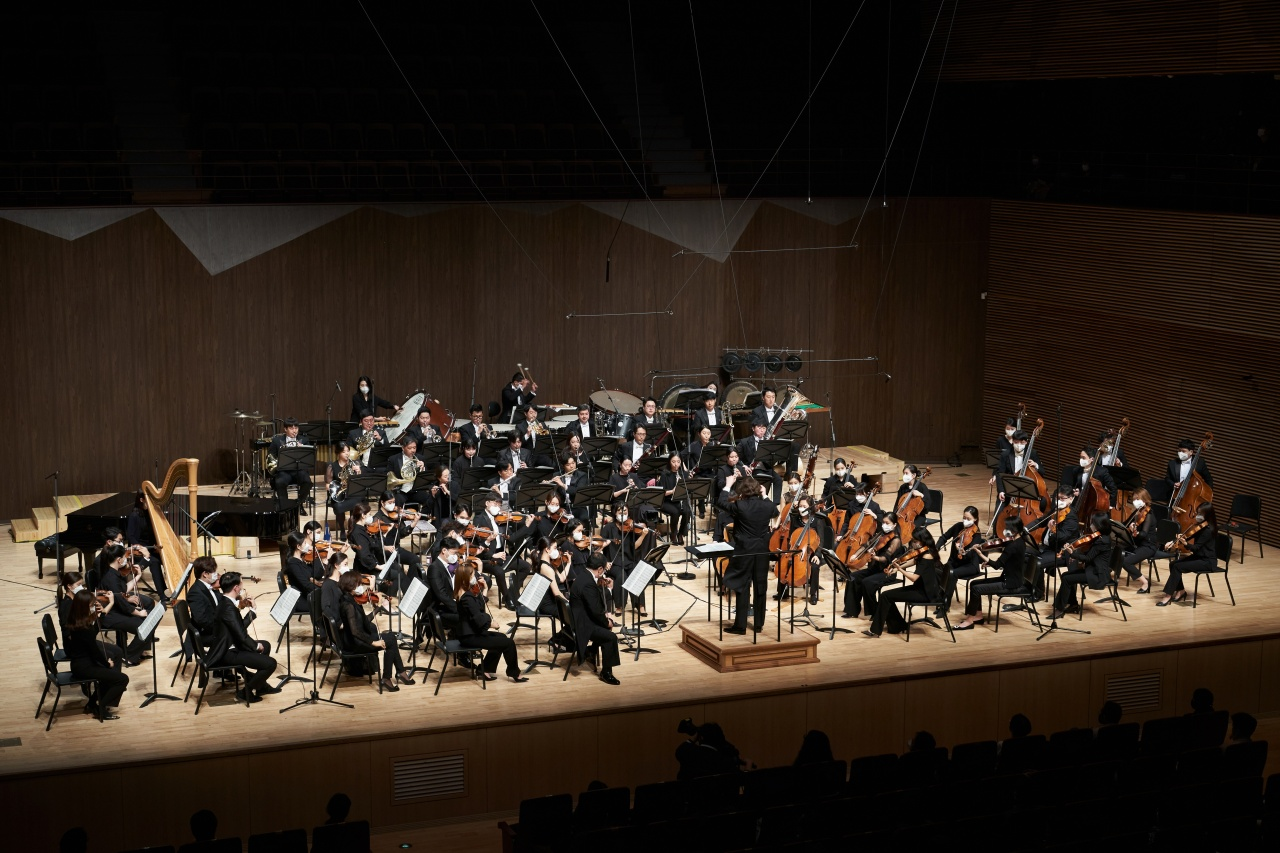 "At the opening concert for the 2021 Tongyeong International Music Festival, held Friday, the Tongyeong Festival Orchestra performs Yun I-sang's ""Fanfare & Memorial"" under the baton of conductor Christian Vasquez. (Kim Si-hoon/TIMF)"