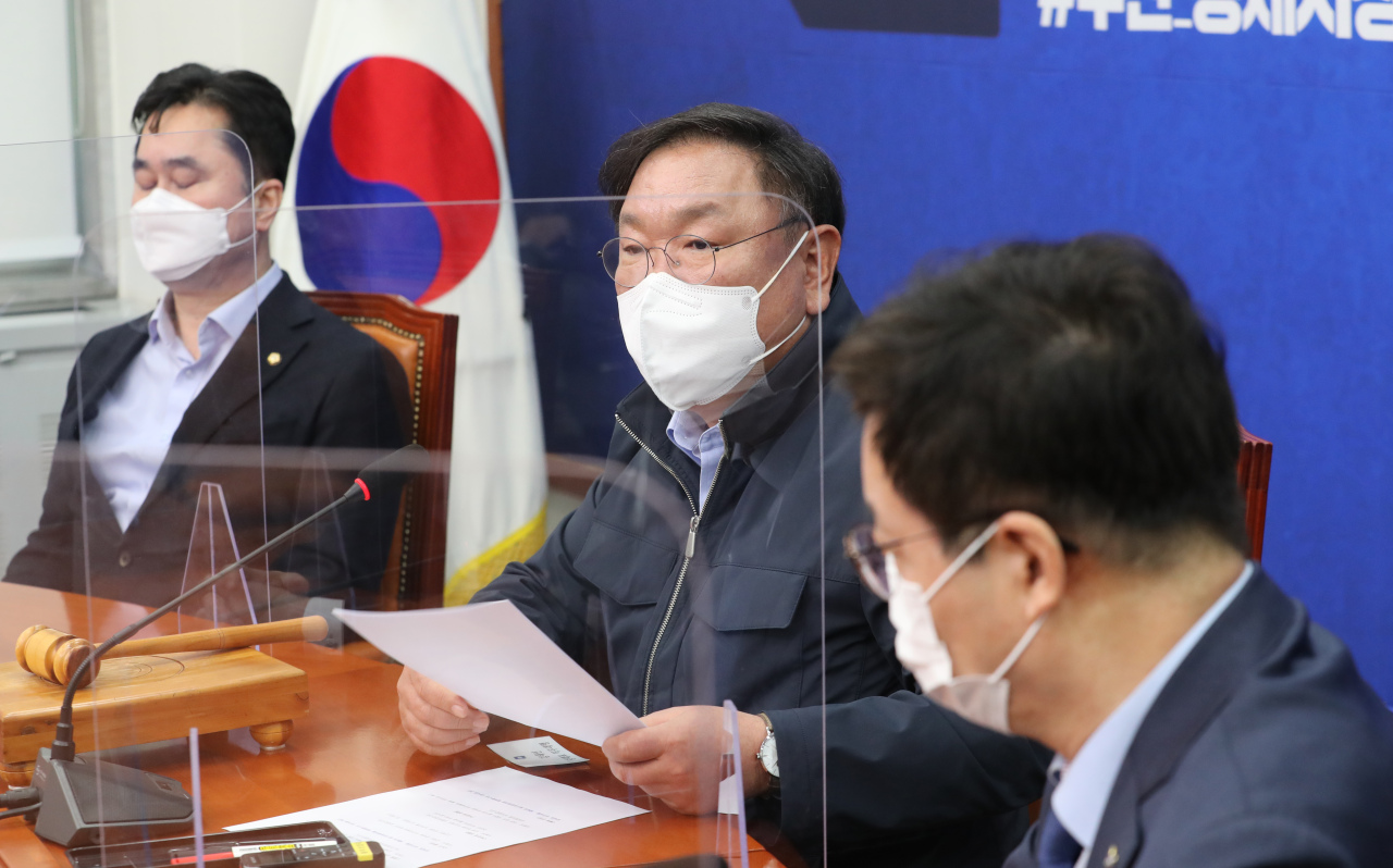 Rep. Kim Tae-nyeon (C), acting chairman of the ruling Democratic Party, speaks during a meeting between the DP, the government and the presidential office Cheong Wa Dae at the National Assembly on Sunday, to discuss measures against speculative land purchases by public officials. (Yonhap)
