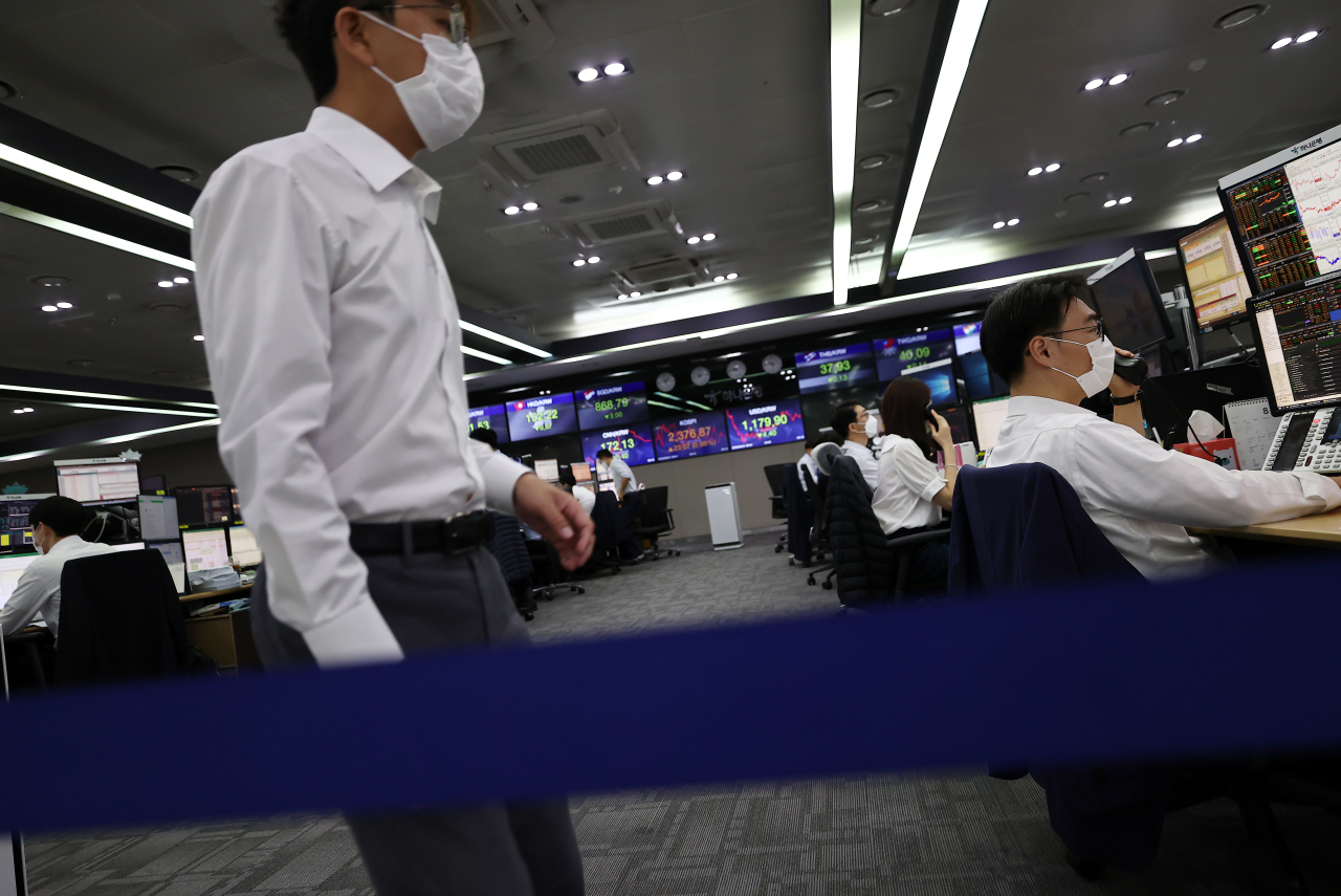 Foreign currency dealers are seen workingat a dealing room of Hana Bank in its headquarters in Seoul. (Yonhap)