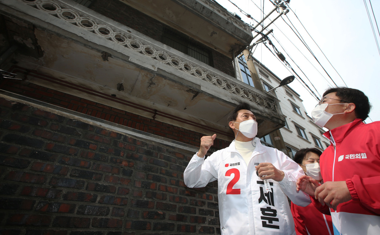 Oh Se-hoon, the main opposition People Power Party's candidate for Seoul mayor, visits a residential area in Garibong-dong, where an urban regeneration project is underway, on Friday. (Yonhap)
