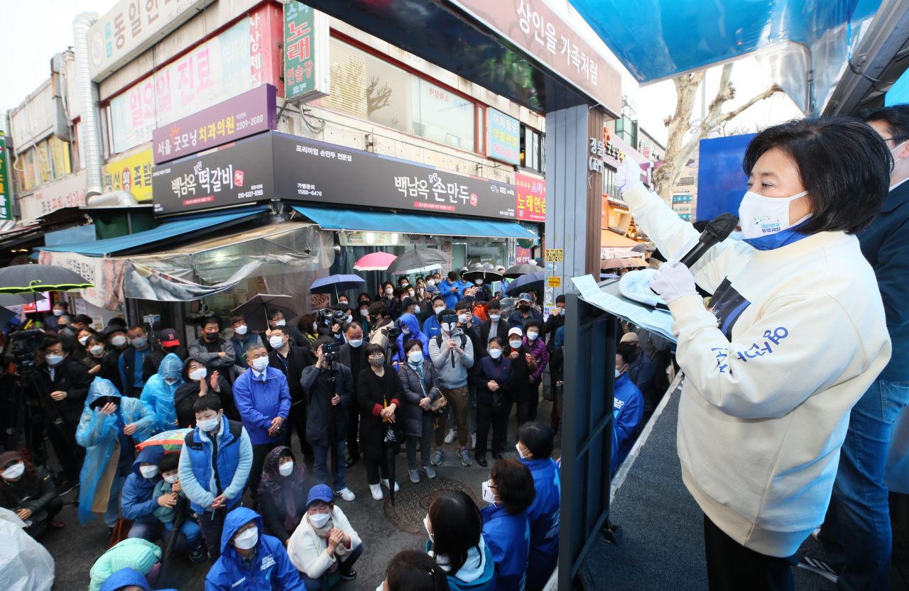Park Young-sun, the ruling Democratic Party's candidate for Seoul mayor, holds a street campaign in Jungnang-gu, northern Seoul, Saturday. (Yonhap)