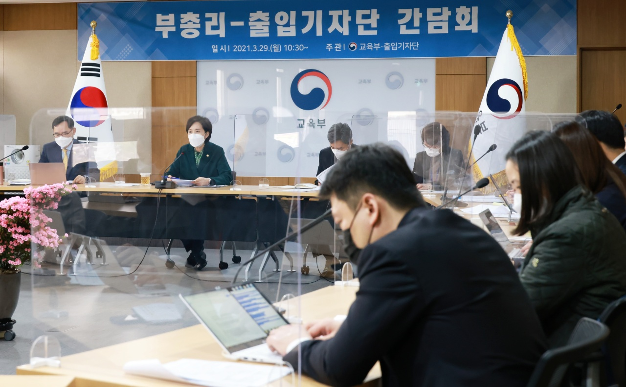 Education Minister Yoo Eun-hae speaks during a meeting with reporters Monday. (Ministry of Education)