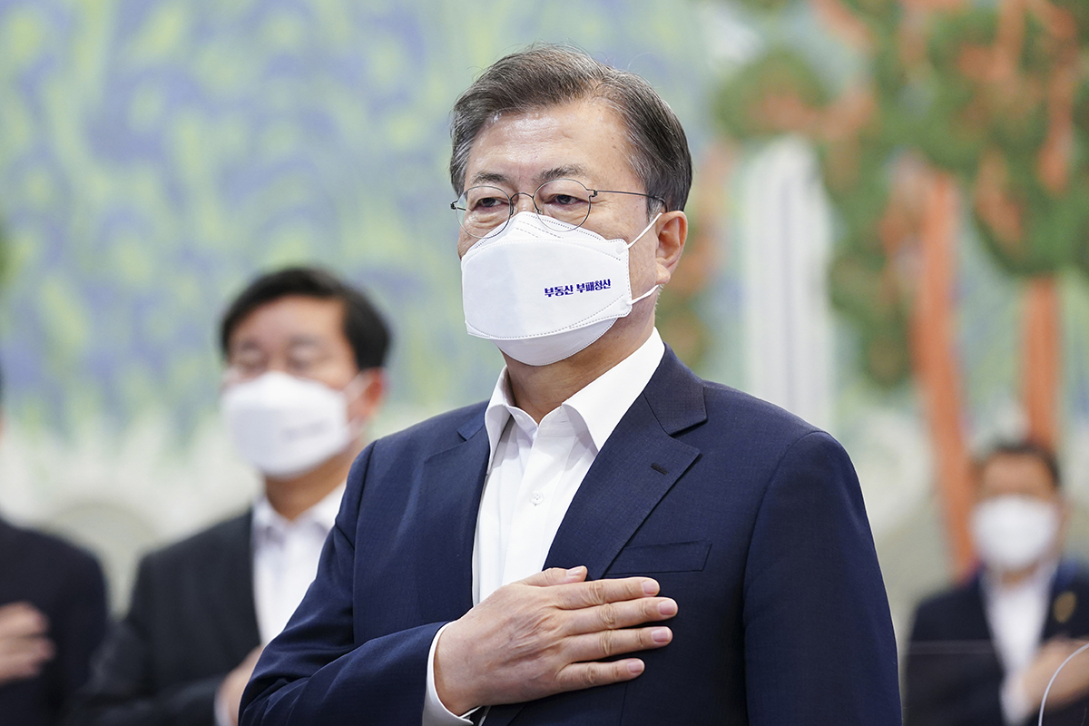 President Moon Jae-in attends an anti-corruption council meeting with top officials at Cheong Wa Dae on Monday. (Cheong Wa Dae)