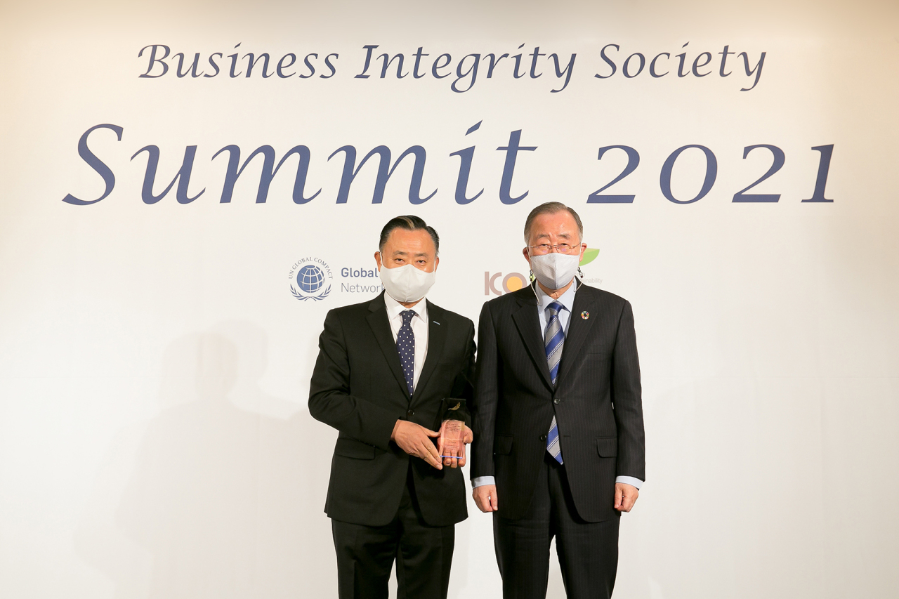 Coway CEO Lee Hae-Sun (left) and Ban Ki-moon, the former UN secretary-general and honorary president of Global Compact Network Korea, pose for pictures at an awards ceremony in Seoul on Friday. (Coway)