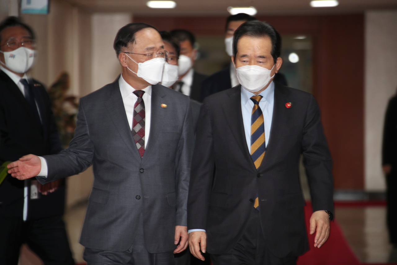 Prime Minister Chung Sye-kyun and Finance Minister Hong Nam-ki arrive at a Cabinet meeting held at the government complex in Seoul on Tuesday. (Yonhap)