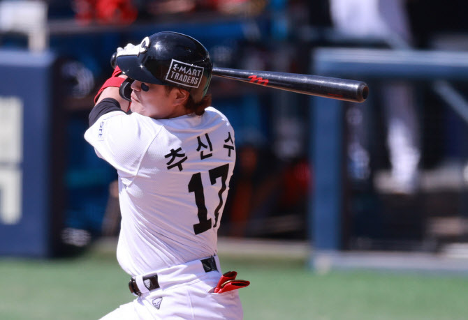 Choo Shin-soo of the SSG Landers takes a swing against the LG Twins in the top of the fourth inning of a Korea Baseball Organization preseason game at Jamsil Baseball Stadium in Seoul on Tuesday. (Yonhap)