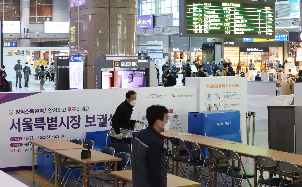 Officials erect a polling station for early voting at the Yongsan rail station in central Seoul on Thursday, ahead of the April 7 by-elections. (Yonhap)