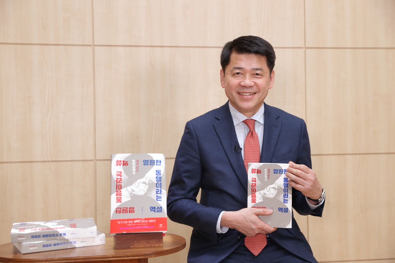 """KNDA Chancellor Kim Joon-hyung promotes his new book, """"The Paradox of the Eternal Alliance,"""" at an online press conference Tuesday. (Changbi Publishers)"""