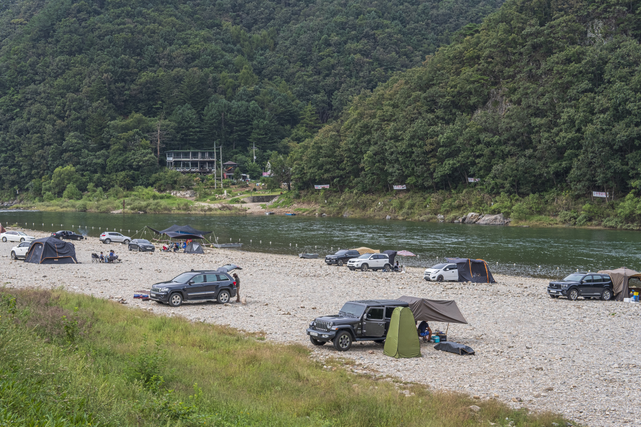 People enjoy camping out at the Bambeol Auto Camping Site in Hongcheon, Gangwon Province. (Korea Tourism Organization)