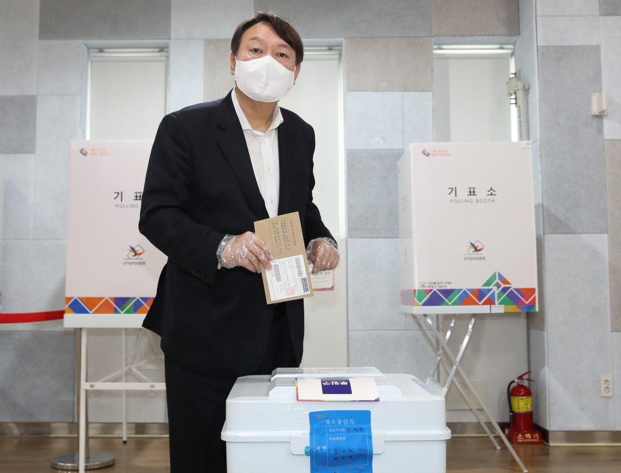 Former Prosecutor General Yoon Seok-youl casts his ballot for the Seoul mayor by-election on Friday. (Yonhap)