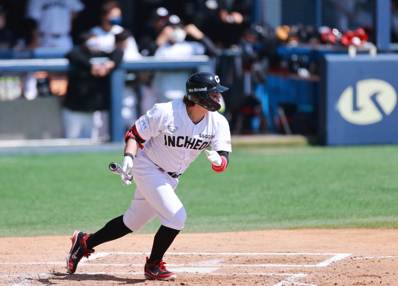 Choo Shin-soo of the SSG Landers hits a single against the LG Twins in the top of the seventh inning of a Korea Baseball Organization preseason game at Jamsil Baseball Stadium in Seoul on March 30, 2021. (Yonhap)