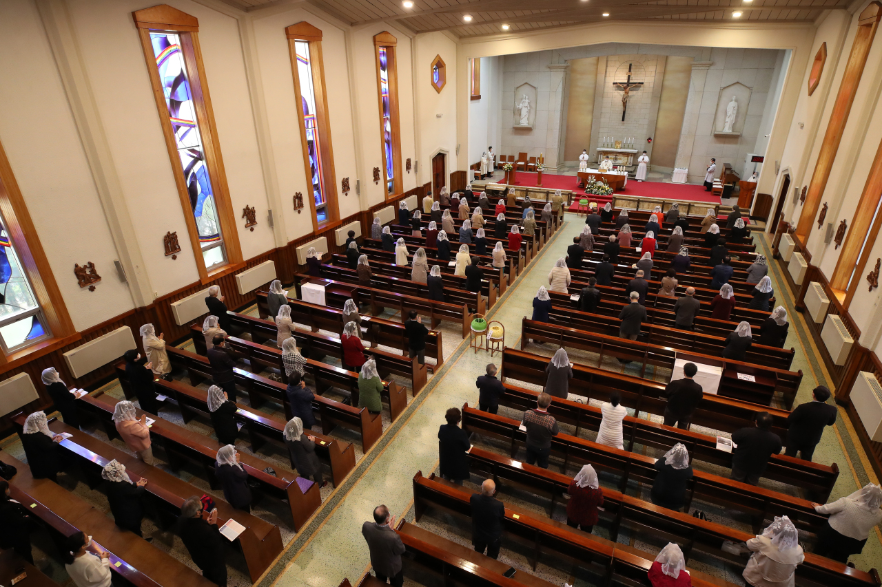 Worshippers attend Easter Mass on Sunday at a church in Yeongdeungpo-gu, Seoul. (Yonhap)