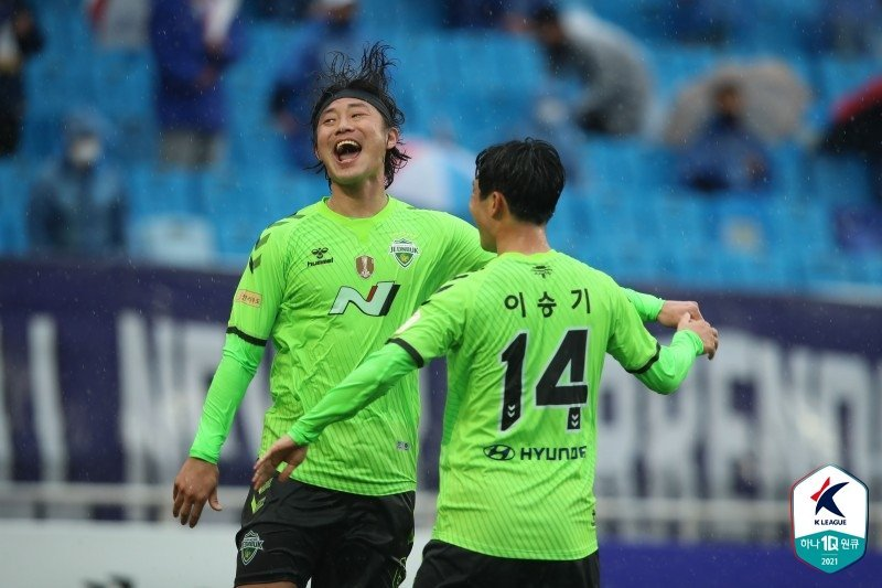 Choi Bo-kyung of Jeonbuk Hyundai Motors (L) celebrates with teammate Lee Seung-gi after scoring a goal against Suwon Samsung Bluewings in the teams' K League 1 match at Suwon World Cup Stadium in Suwon, 45 kilometers south of Seoul, on Saturday, 2021, in this photo provided by the Korea Professional Football League. (Korea Professional Football League)