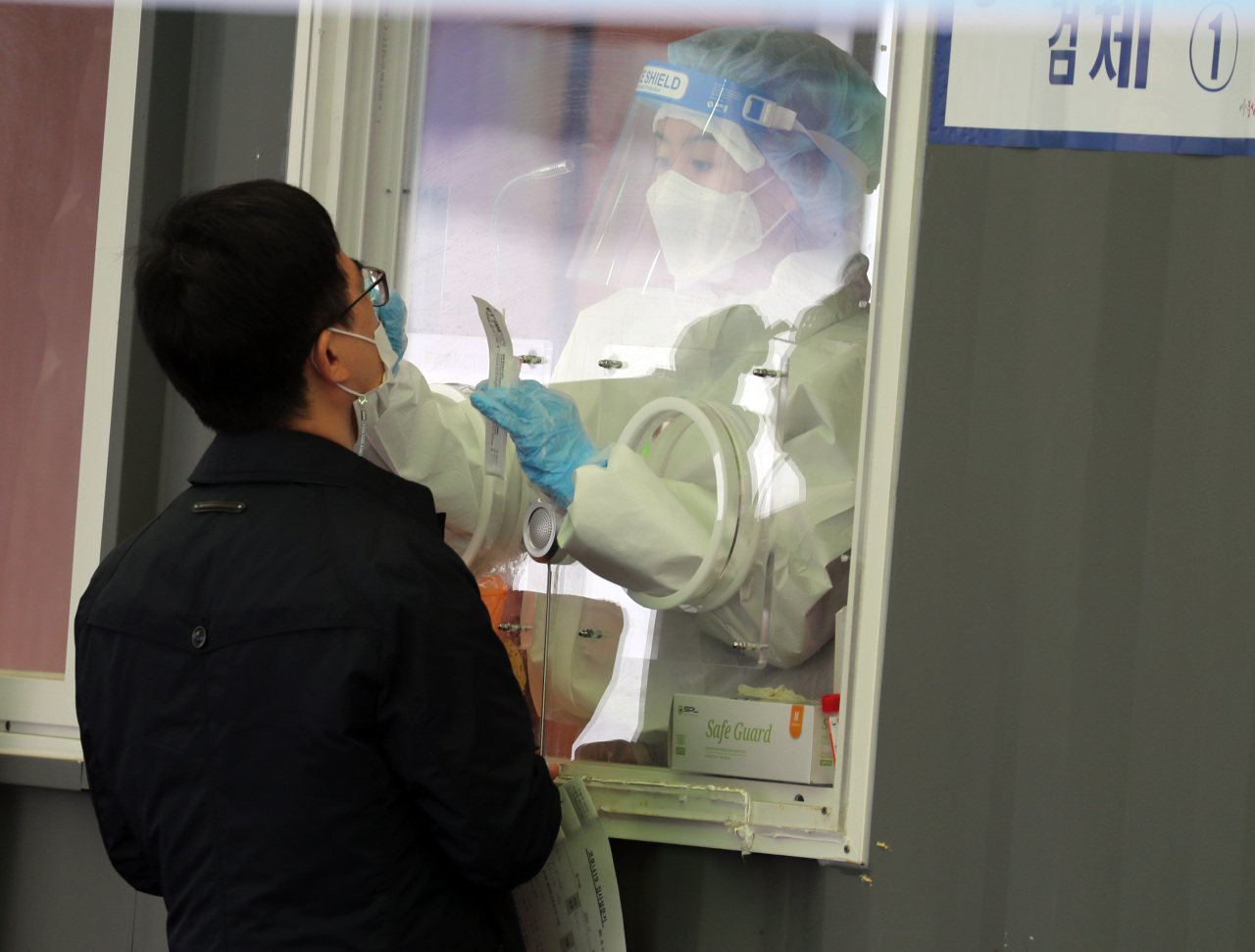 A person gets tested at a screening clinic at Seoul Station in Jung-gu, Seoul, Monday. (Yonhap)