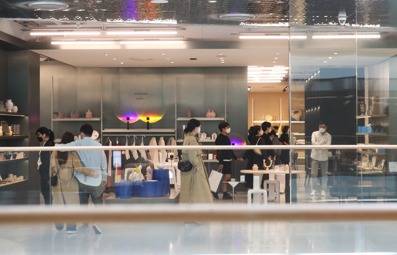 Shoppers wearing masks look around a department store in Seoul on Monday. (Yonhap)