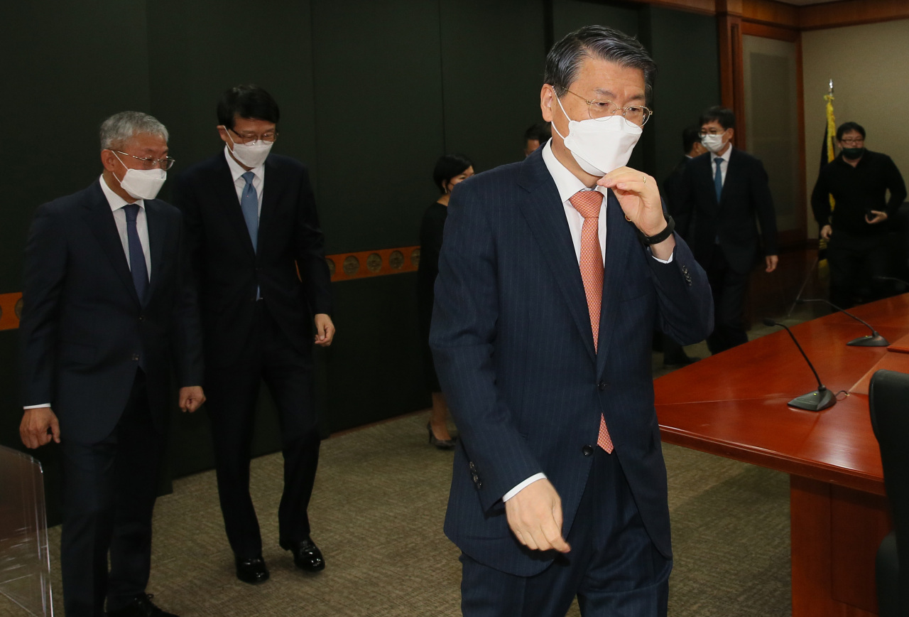 Financial Services Commission Chairman Eun Sung-soo is seen attending a meeting with heads of South Korea's financial institutions at the headquarters of the Korea Financial Investment Association in Seoul on Monday. (Yonhap)