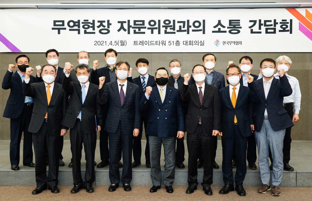 The Korea International Trade Association Chairman Koo Ja-yeol meets with trade experts Monday to share case studies on the export front and to seek ways to support SMEs in the post-coronavirus market. (KITA)