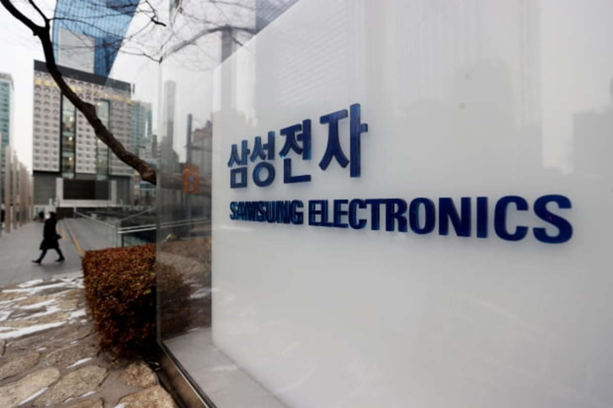 This file photo, taken on Jan. 18, 2021, shows the corporate signage of Samsung Electronics Co. at its office building in Seoul. (Yonhap)