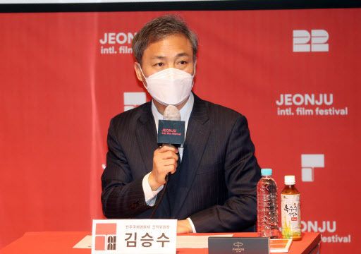 Jeonju Mayor Kim Seung-su speaks during a press conference ahead of the Jeonju International Film Festival at the Jeonju Digital Independent Cinema in Jeonju, North Jeolla Province, Tuesday. (Yonhap)