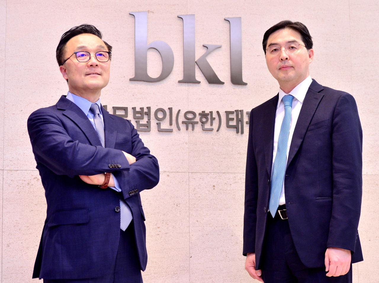 Bae, Kim & Lee managing partners Sky Yang (left) and Choi Seung-jin pose for a photo during an interview at the firm's headquarters in central Seoul. (Park Hyun-koo/The Korea Herald)
