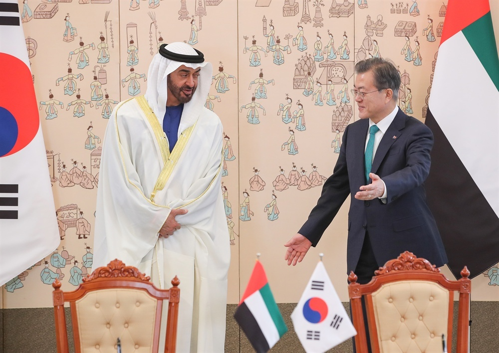This file photo, taken Feb. 27, 2019, shows South Korean President Moon Jae-in (R) meeting with Crown Prince Mohammed bin Zayed Al Nahyan of the United Arab Emirates at Cheong Wa Dae in Seoul. (Yonhap)