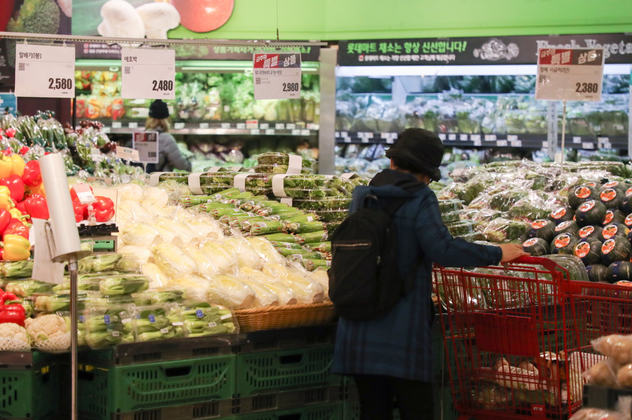 This file photo, taken March 18, 2021, shows a citizen looking at vegetables at a discount mart in central Seoul amid a sharp gain in prices of farm products. (Yonhap)