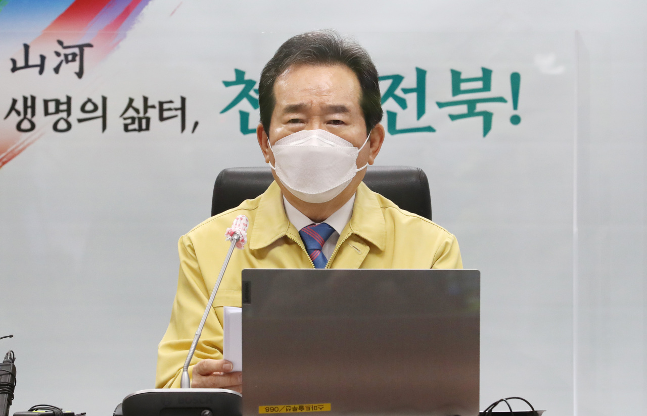 Prime Minister Chung Sye-kyun presides over a meeting of the Central Disaster and Safety Countermeasures Headquarters at the North Jeolla provincial government building in Jeonju, 200 kilometers south of Seoul, on Wednesday. (Yonhap)