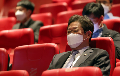 "Culture, Sports and Tourism Minister Hwang Hee watches ""Book of Fish,"" directed by Lee Joon-ik, at Dongdaemun Megabox in Seoul on Tuesday. (Culture Ministry)"