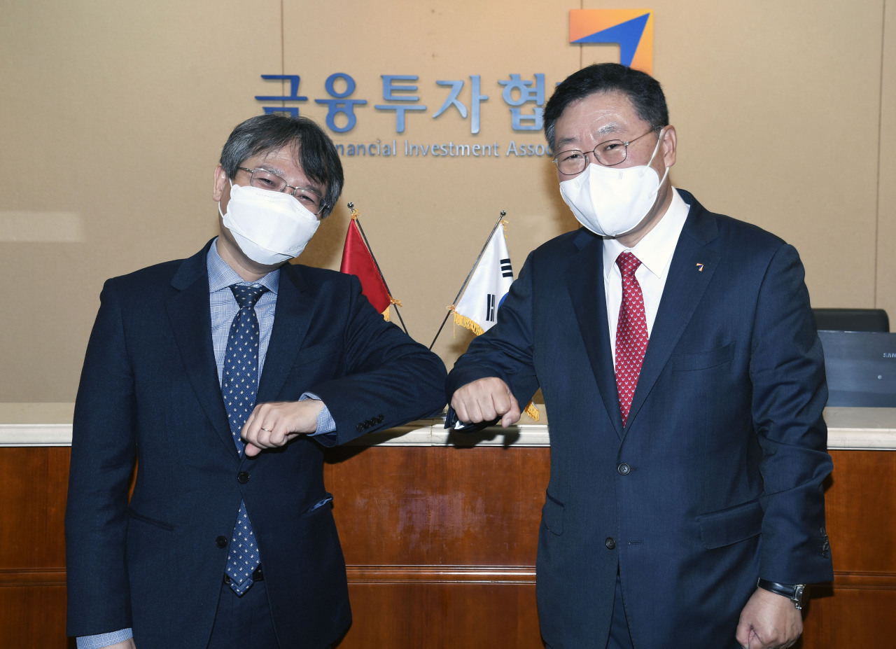 Korea Financial Investment Association Chairman Na Jae-chul (right) and Vietnamese Ambassador to South Korea Nguyen Vu Tung pose together at a meeting at the organization's headquarters in Yeouido, western Seoul, Wednesday. (KOFIA)