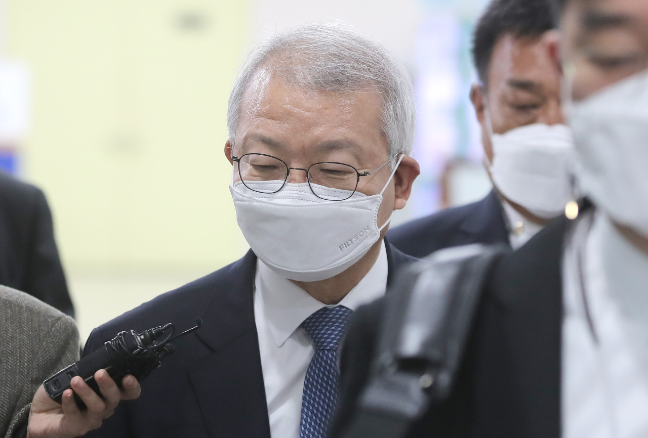 Former Supreme Court Chief Justice Yang Sung-tae attends a court hearing at the Seoul Central District Court in southern Seoul on Wednesday. (Yonhap)