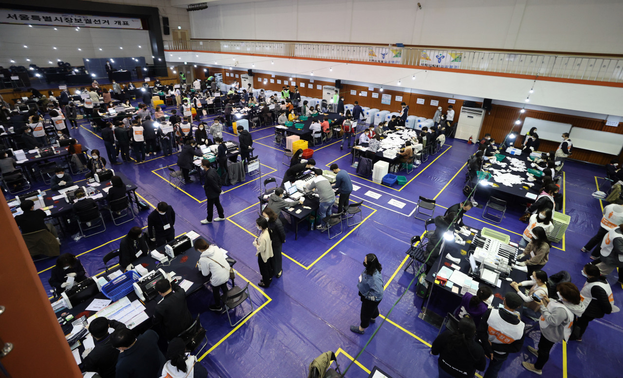 Vote counting is under way at a high school in Seoul on Wednesday night. (Yonhap)